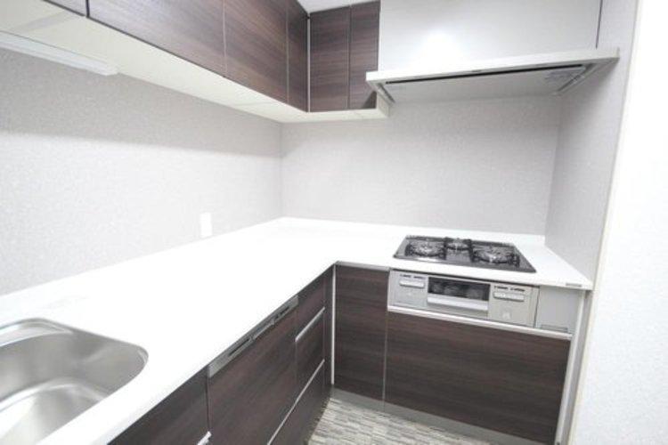 L字型カウンターキッチンを採用。コンパクトなスペースながら対面と広い調理スペースの両立を実現しました。