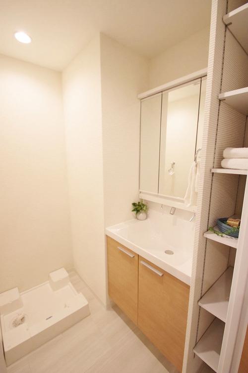 洗面所には備え付けの便利な棚が◎