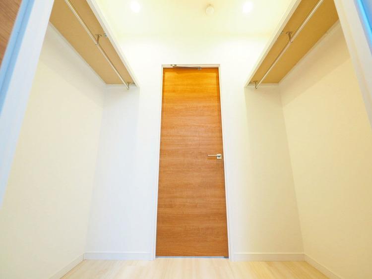 ウォークインクローゼットは2部屋から出入りができる便利な構造◎