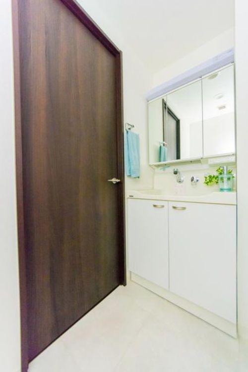 「洗面室」三面鏡で広々とした洗面化粧台