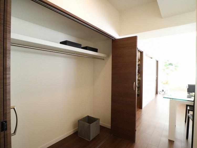 リビングにも収納をご用意。衣類の他、お掃除グッズや日用品の収納など便利にお使いいただけます。