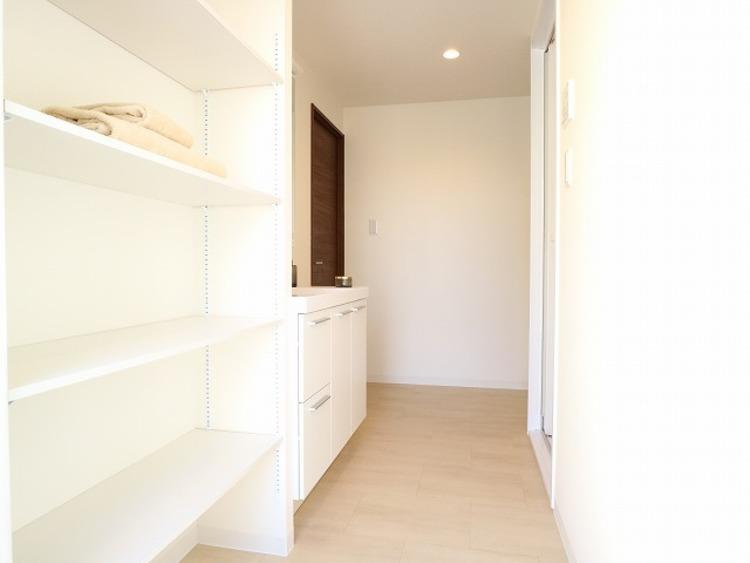 洗面室には可動棚付きの収納棚があります。タオルや洗剤の買い置きなど物が溢れるサニタリーには重宝する収納です。