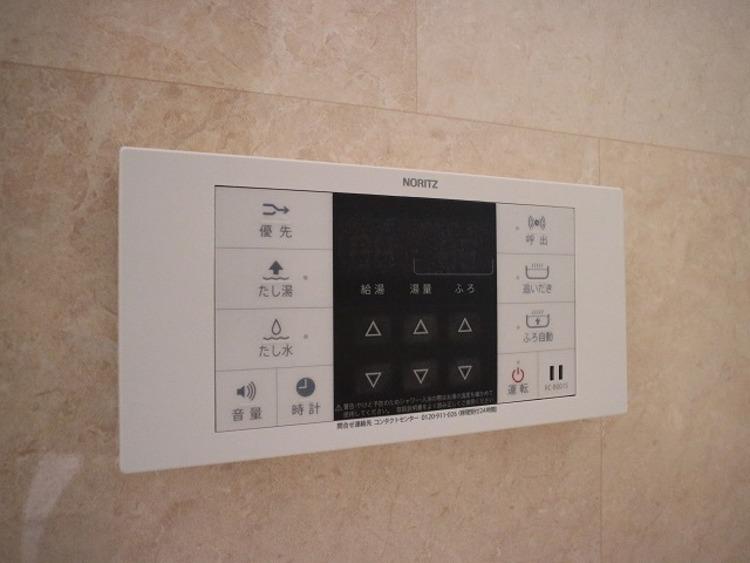 好みやシーンに合わせて湯張りや追焚きができるセミオート給湯を採用。リモコンはキッチンにも設置。お料理しながらのお風呂操作も快適です。