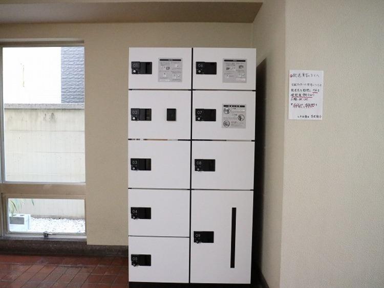 便利な宅配ロッカーがついています。外出していることが多い方、再配達の手続きなど手間が省けます。宅配業者さんにとってもポイントが高いですね。