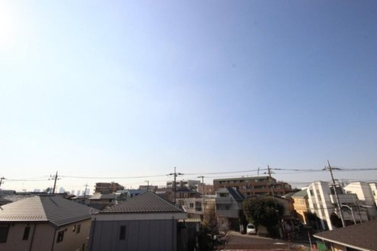 周辺に背の高い建物がございませんので、バルコニーからの眺望はとても解放感に溢れております。