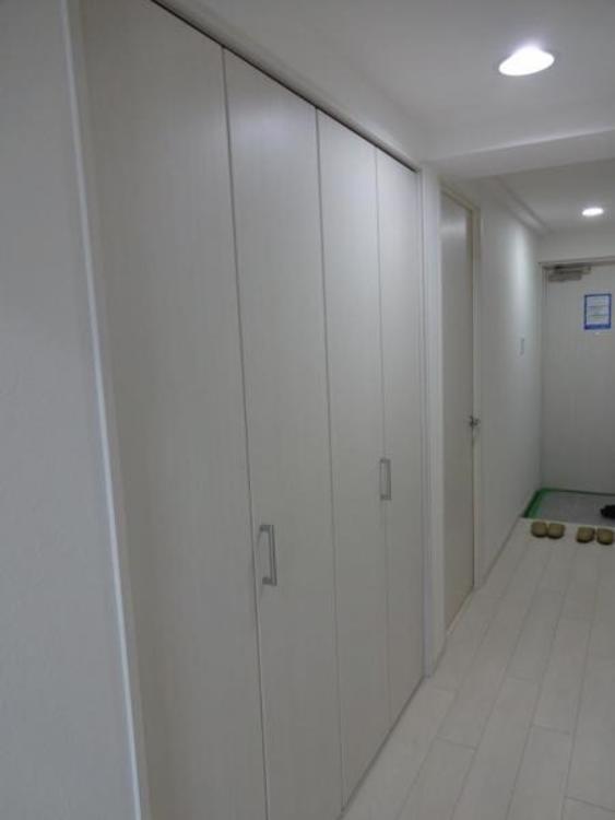 〇廊下には日用品のストックなどもしまっておける便利なたっぷり収納付きです!