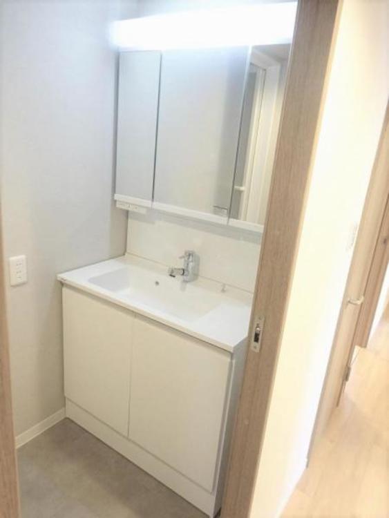 洗面台も新規交換済み!三面鏡仕様で便利!