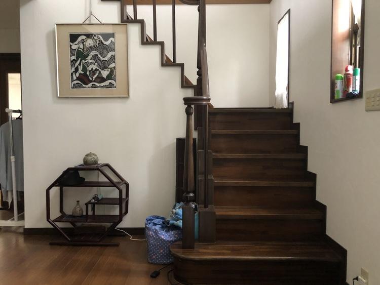 玄関を入ってすぐに階段があります! 来客の際に居間を通らなくていいというメリットがありますね♪