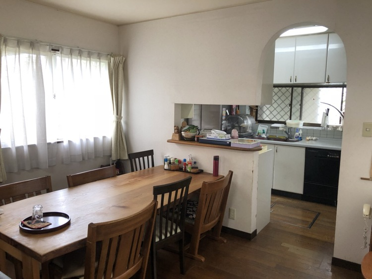 キッチンとの入り口が独特でオシャレな印象です!居心地の良さに自然と家族が団欒するスペースになりそうですね!