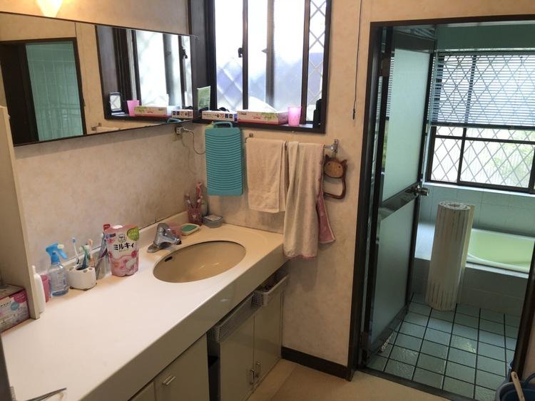 洗面所には大きな鏡と、たくさん物が置けるスペースがあります!
