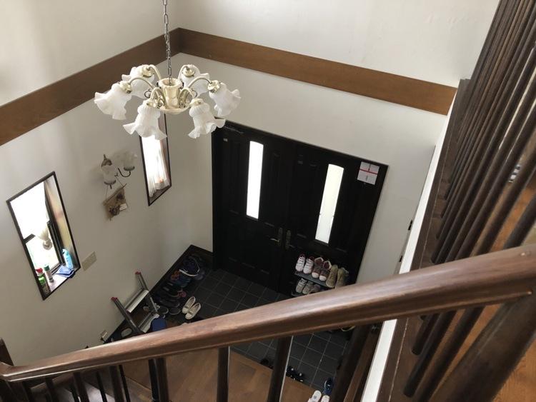 階段から下を見た眺めです! オシャレな照明がいいですね☆ 2階にいてもすぐに玄関の様子が見れるので、ありがたいですね☆