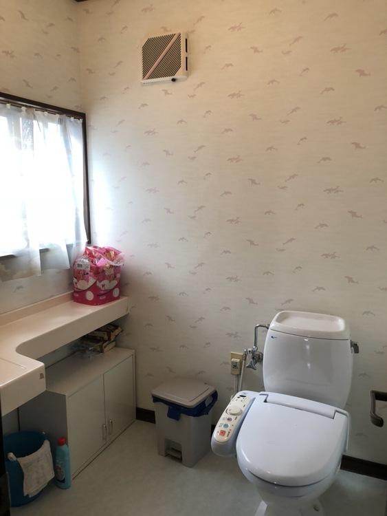 トイレは1階も2階も広いです。 例えば車椅子を使う方がいても 十分な広さですね