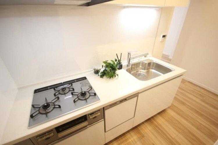 使いやすくスタイリッシュなキッチン空間には、奥様の意見が存分に活かされています。食洗機も備わっており、奥様に嬉しい仕様となっております。