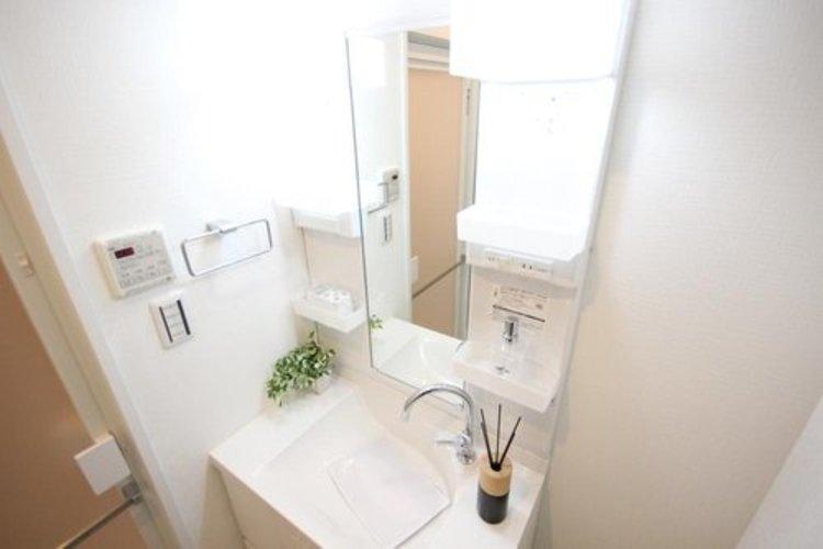 鏡の左右のスペースに収納を設ける事により、散らかりやすい洗面スペースをすっきりさせる事が出来るのも嬉しいですね。