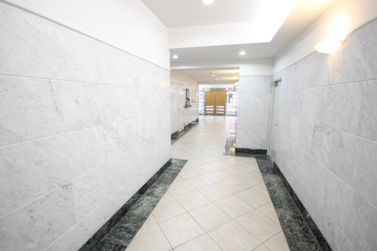 エントランスから長く続く廊下は綺麗に清掃されており、管理体制の良さが伝わってまいります。