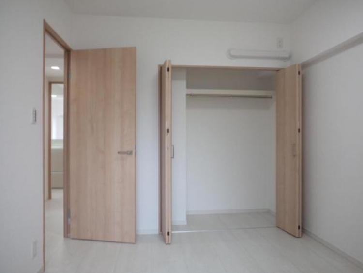 ●5.3帖の洋室。各居室収納付きで増えていく荷物もスッキリ!