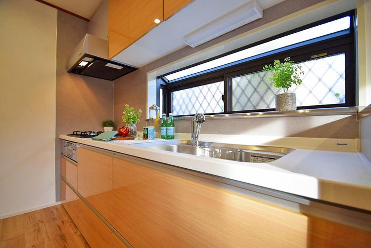 窓付きの明るいキッチンでお料理を