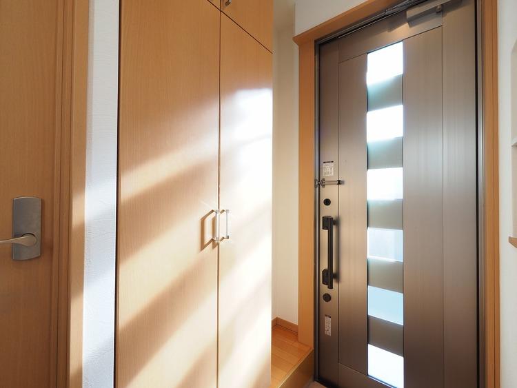 採光・通風にも配慮された開口部を設ける事で、毎日明るい空間がキープされた玄関。