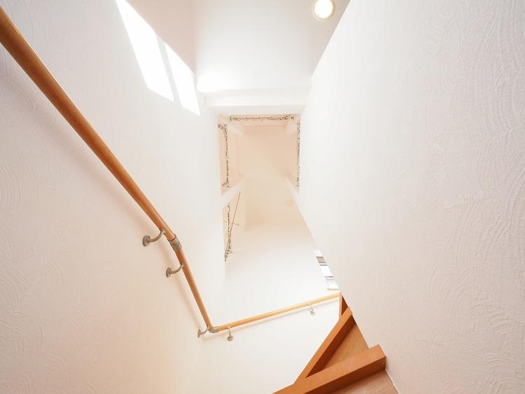 階段から吹上を見上げて。開放感のある空間が演出されております。