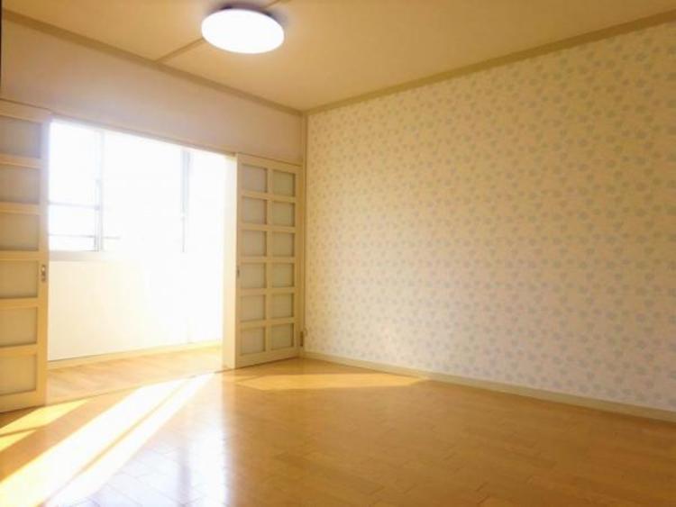 リビング サンルームからの暖かい光が差し込みます