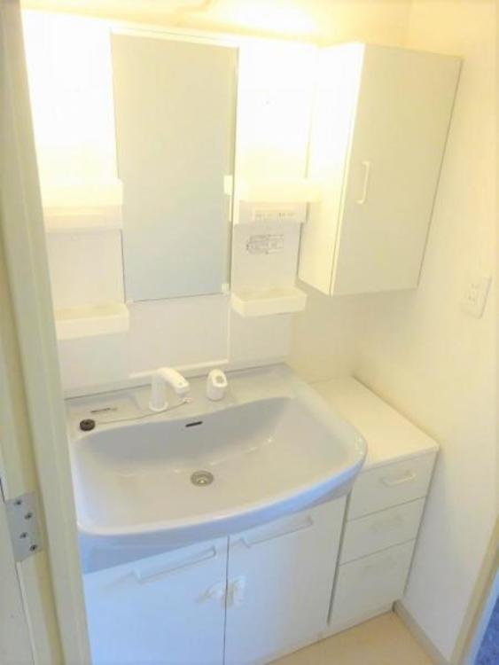 洗面台には備え付けの収納もついており便利ですね
