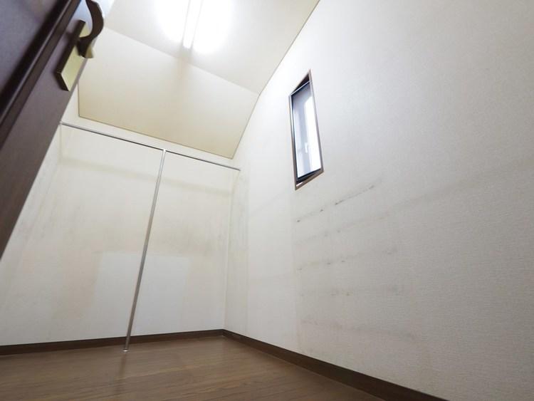 収納力のあるウォークインクローゼット付なので主寝室がすっきりつかえます。