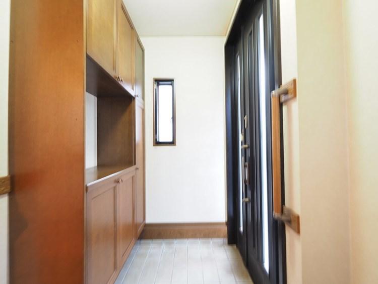 玄関の正面は壁。宅配便の配達や、急な来客に玄関で応対するときも、この間取りならリビングや寝室がまる見えにならないのであわてずに済む。