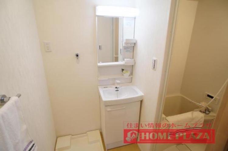 シャワー付き洗面台でお掃除や忙しい朝の洗髪などに便利です