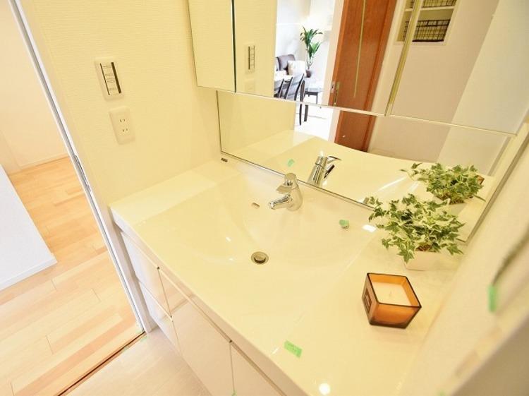 大きな洗面鏡付き♪朝の身支度も楽しくなりますね