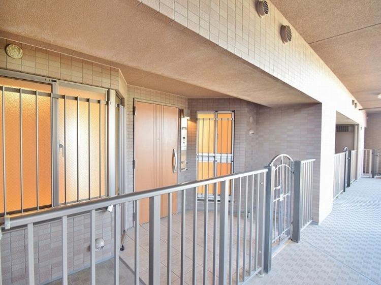 廊下からの視線を遮るのでプライバシー保護にも役立つ独立性の高いポーチ