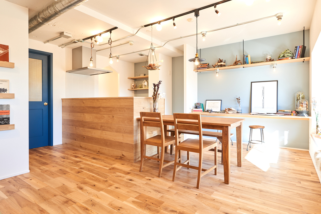 キッチンのリビング側は無垢材のパネリングでナチュラルな雰囲気に