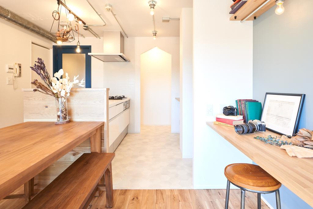 キッチンの奥には、大きめのパントリーがあり、食材やお気に入りの食器の収納にぴったり。手前にはオーブンや炊飯器も置ける作り付けの台があります
