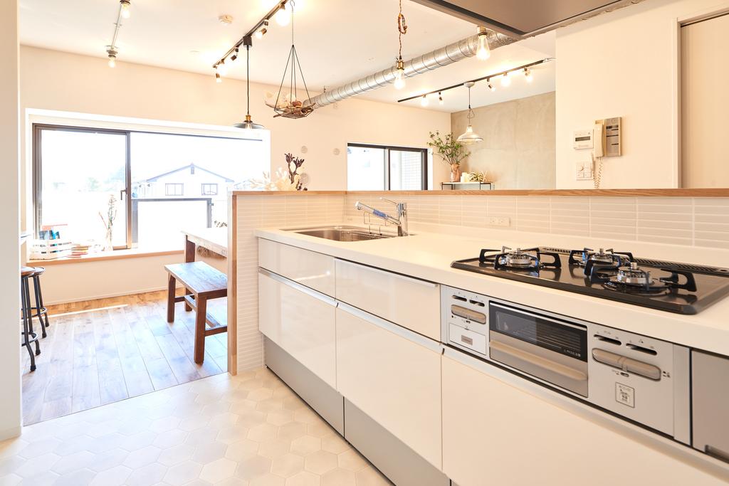 明るく解放感のあるオープンキッチン。お料理をもっと楽しく、快適に。使い勝手の良いシステムキッチンです
