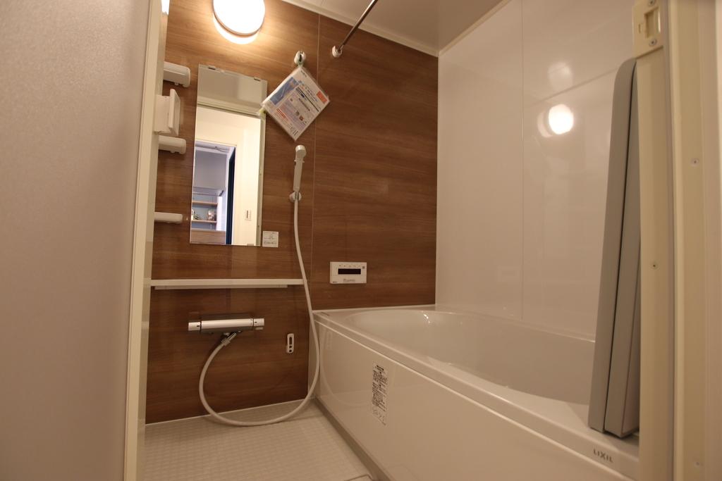 ナチュラルな雰囲気のチェリーウッドカラーの浴室。浴室暖房乾燥機つきなので寒い冬も気持ちよく入浴できます