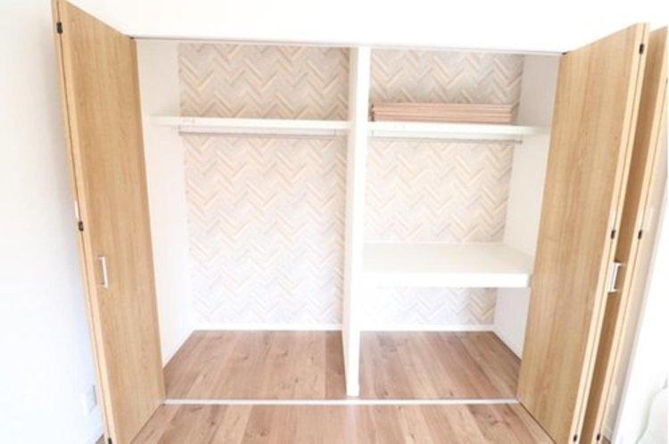 寝室にある収納は衣類だけでなく、布団も収納できるようになっています。