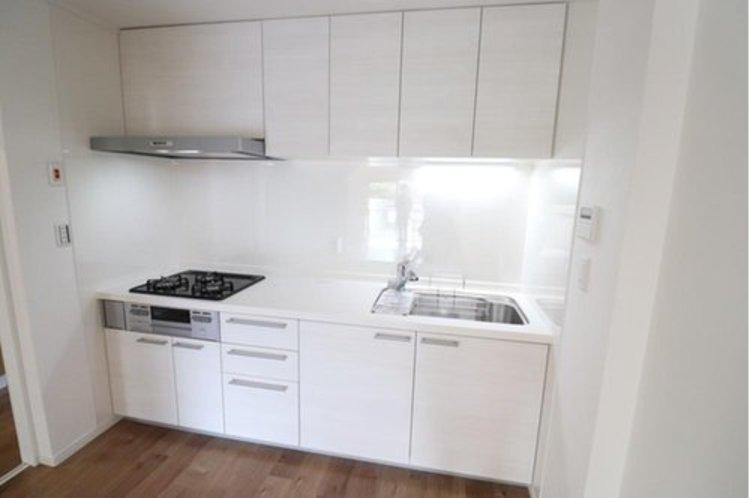 3口コンロのキッチンです。作業スペースもしっかりとれているのでお料理しやすいキッチンです。