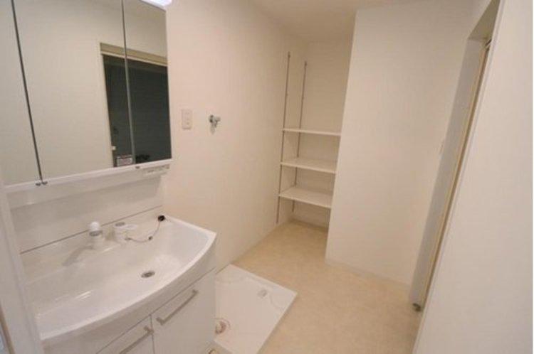広々とした洗面室。収納スペースもあります。