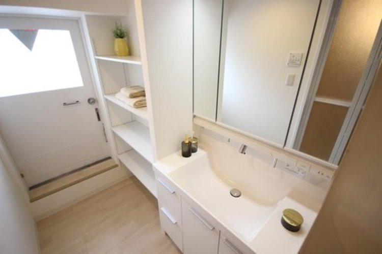 大きく見やすい三面鏡で清潔感ある洗面台は、身だしなみチェックや肌のお手入れに最適です。