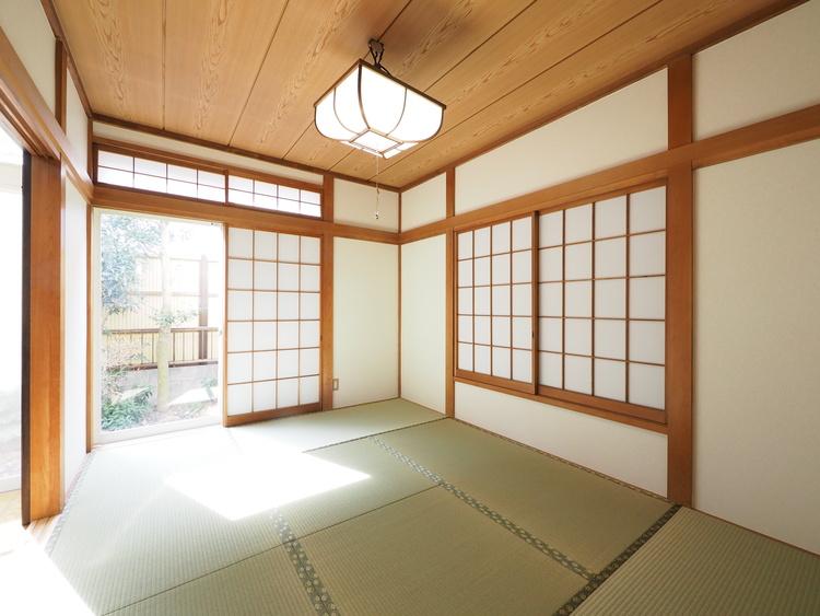 1階リビングに隣接した和室。気軽に横になれる落ち着く空間ですが、客間等々多目的なスペースとして活用出来る便利な空間です。