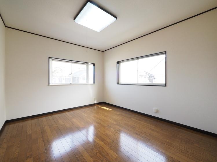住まう方でカスタマイズしていただけるシンプルなデザイン。2面窓で通風・陽当り良好。