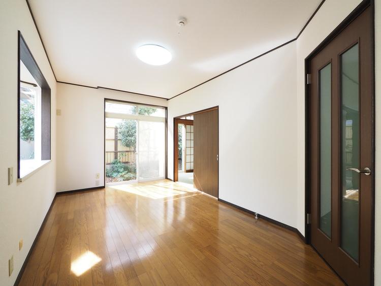 LDKは住まいの中心。多くの時間を過すリビングは日当良好。隣接した和室の引き戸を開けて、広い空間として利用できます。