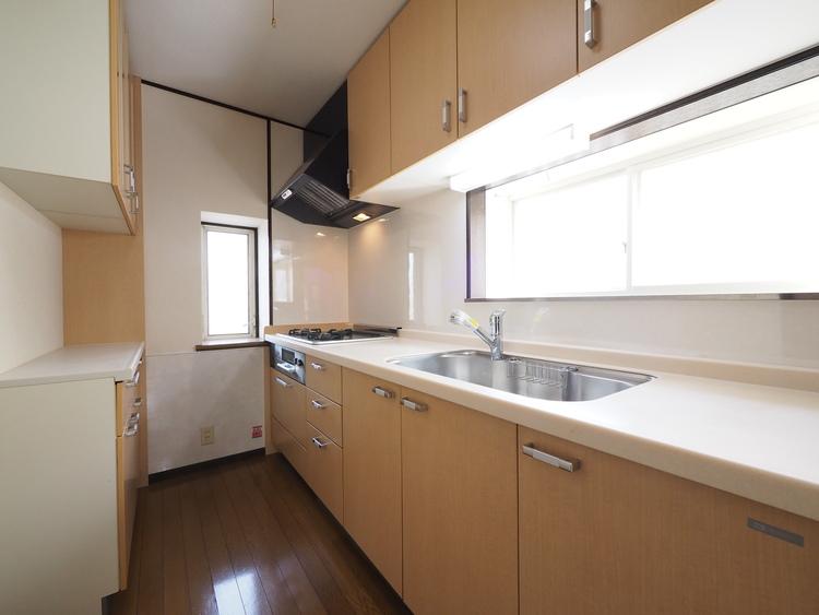 キッチンは収納がたっぷり。調理器具や調味料のストック、食器がすっきり片付きます。自然光でいつでも明るいキッチンです。