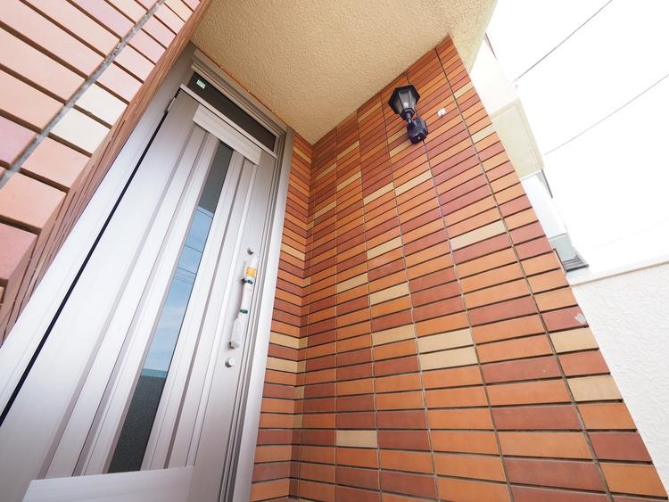 玄関は住まいの顔。お家に出会う人々を出迎える玄関だからこそ、明るくスッキリとした印象に保ちたいものです。