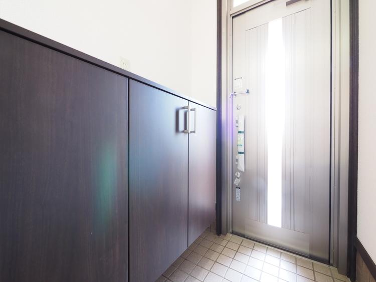 お家に出会う人々を出迎える玄関だからこそ、広々清潔感あふれる空間にしたいもの。採光にも配慮され、毎日明るい空間をキープします。