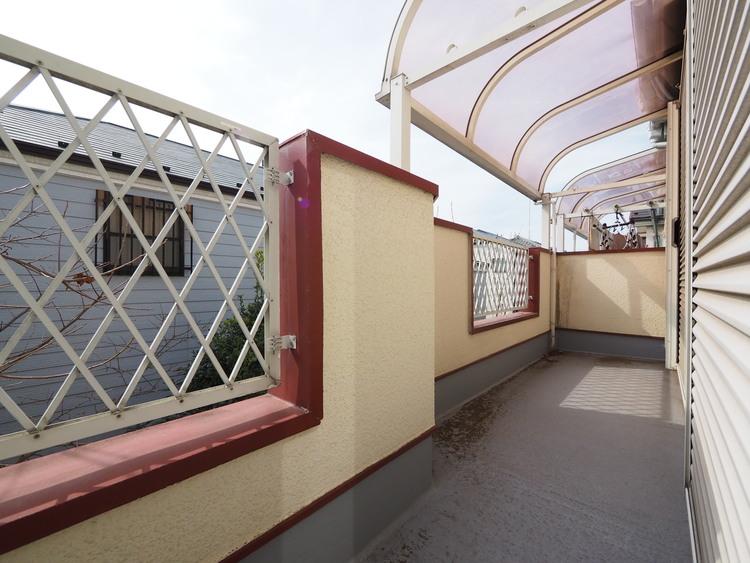 南向きバルコニーは屋根付き。急な雨でも洗濯物を濡らしません。防水トップコート塗装しております。