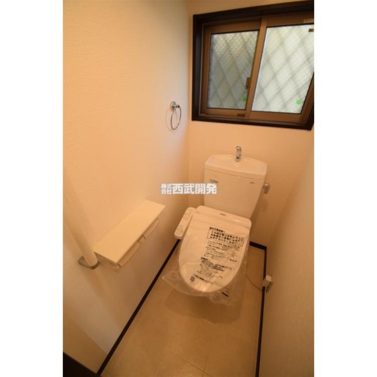 もちろんウォシュレット付きトイレです。手すりも付いているので安全ですね。