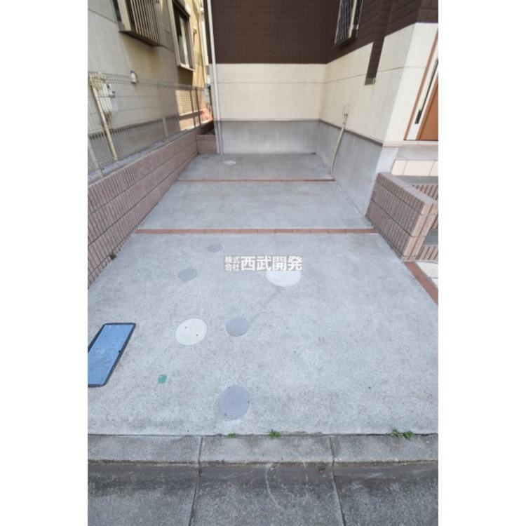 ゆとりのある駐車スペースです。車庫入れが苦手な方でも余裕を持って駐車できます。