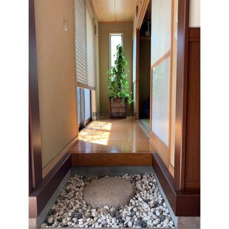 玄関脇の和室に繋がるスペース