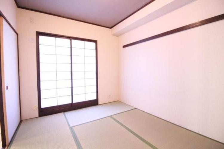 6帖の和室。南からは光が入り、バルコニーにつながっています。