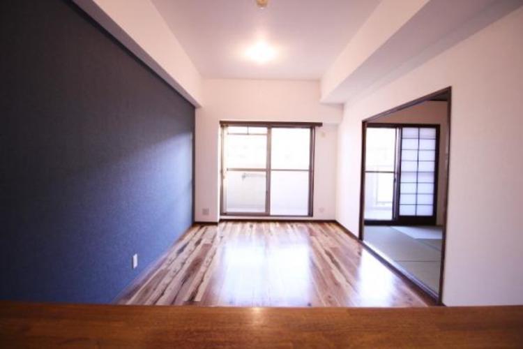 明るいバルコニーからの光が部屋に広がります。和室で子どもは遊んでいてもカウンターから見ることができます。